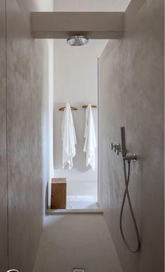 Mooi hoe het licht vanachter schijnt vanachter in dat donkere gangetje. Lekker beschermd douchen, goede akoestiek?:)