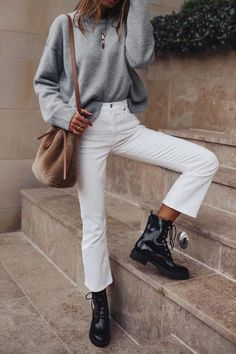 White jeans, grey sweater and brown bucket bag Simple everyday jeans outfit. White jeans, grey sweater and brown bucket bag Outfit Jeans, Sweater Outfits, Grey Sweater Outfit, Grey Outfit, Ugly Sweater, Look Fashion, Trendy Fashion, Fashion Women, Winter Fashion