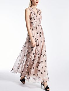 Enter the world of Max Mara: let yourself be won over by the elegance and hand-crafted quality of our collections. Purchase on-line or visit a boutique. Max Mara, Elegant Dresses For Women, Elegant Woman, A Boutique, New Dress, Summer Dresses, Silk, Fashion Design, Powder