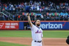 Daniel Murphy tips his cap to the Mets fans!