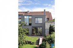 Große Fensterfronten, ein gemütlicher Garten und Stil, was die Möbel angeht – schaut euch gemeinsam mit uns dieses Einfamilienhaus mitten im Grünen an!
