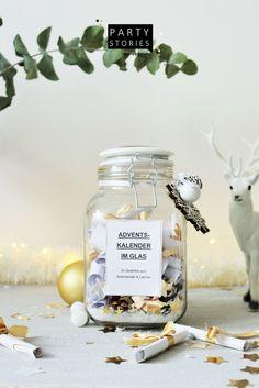Dieser last-minute DIY Adventskalender im Glas ist DIE Alternative für Erwachsene o. Kinder: Ganz ohne Schokolade oder Geschenke, denn als Füllung gibt's ausgewählte Sprüche, Gedichte oder kurze Weihnachtsgeschichten. Eine nachhaltige Adventskalender to-go Variante im Upcycling und zero Waste Format, die Du super einfach und schnell als Geschenkidee für den Advent umsetzen und basteln kannst! // Quelle: www.partystories.de // #Adventskalender  #diyadvent #Advent…