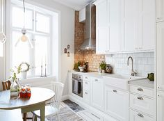 How cute is this kitchen? Love!!
