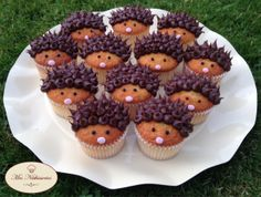 pour - Things to try out - Gateau Deco Hedgehog Cupcake, Mini Chef, Hot Chocolate Cookies, Cake Decorating Tips, Food Humor, Cake Creations, Creative Food, Let Them Eat Cake, Just Desserts