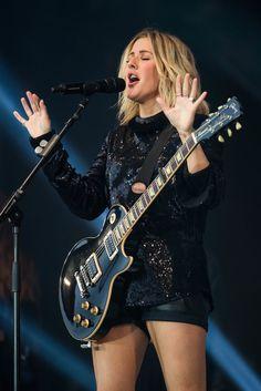 Ellie Goulding shows off her incredibly toned legs Bass, Heavy Metal Girl, Punk Rock Girls, Taylor Swift Hot, Women Of Rock, Guitar Girl, Female Guitarist, Good Looking Women, Ellie Goulding