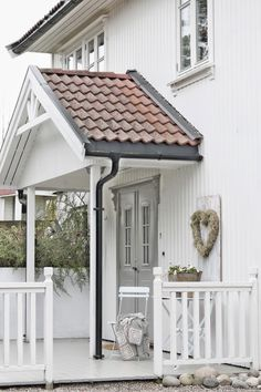 White Cottage ( by Vibeke Design ) Entrance Ways, House Entrance, Scandinavian Garden, Entry Stairs, Vibeke Design, Farmhouse Remodel, Marquise, Romantic Homes, Wooden House