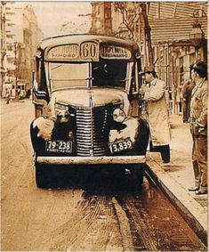 The number 60 bus, with capacity for 11 people seated. Foto Madrid, Trains, Bus Ride, Most Beautiful Cities, Vintage Photography, Old Pictures, South America, Chevy, Illustration