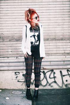 Band t-shirt+plaid pants+plattform booties+white shirt+backpack. Outfits 2016, Spring Outfits, Cute Outfits, Fashion Outfits, Fashion 2018, Video Hijab, Grunge Outfits, Rockabilly, Harajuku