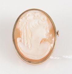 Paire de pendants d'oreilles en or jaune et broche camée en or rose.