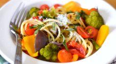 Recept na těstoviny s omáčkou z jednoho hrnce před pár lety uveřejnila Martha Stewart. Od té doby se z této přípravy stal přímo fenomén a receptů lze najít spoustu. Na rovinu, není to žádná vysoká gastronomie, ale jako domácí jídlo k večeři je to super!