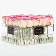 Great idea for table flowers or decoration. Roses in acrylic Flower Boxes, My Flower, Box Roses, Flower Boutique, Flower Packaging, Luxury Flowers, Arte Floral, Planting Flowers, Floral Arrangements