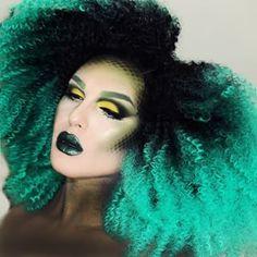 Aunque quizás este look de pelo rizo negro y verde azulado sea más de tu estilo. | Estas pelucas con los colores del arco iris demuestran que el pelo artificial es bonito