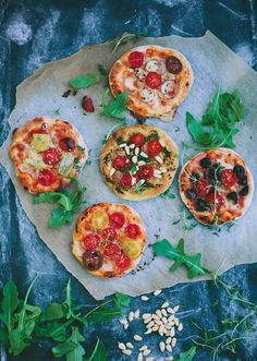 Skipping Christmas: Mini Pizzas The Book Club Cookbook, Revised Edition (Tarcher, © Copyright Judy Gelman and Vicki Levy Krupp Burgers Pizza, Great Recipes, Favorite Recipes, Mini Foods, Food Design, Food Styling, Finger Foods, Food Inspiration, Kids Meals