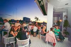 Bares en las alturas: 6 rooftops para conocer en Buenos Aires Mini Empanadas, Bar, Dolores Park, Fair Grounds, Challenges, Adventure, Travel, Wedding Parties, Decks