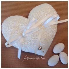 Cuscino per le fedi a forma di cuore in lino bianco e pizzo, by fattoamanodaTati, 26,00 € su misshobby.com