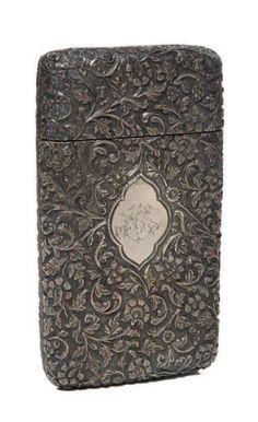 ÉTUI À CIGARES INDIEN EN ARGENT délicatement ciselé de motifs floraux en…