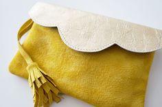 """Pochette Mini """"Mila"""" en cuir bicolore or et jaune avec ou sans chaîne : Sacs à main par lyria-m"""