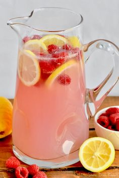 This Pink Lemonade Vodka Punch recipe is only three ingredients! It is so easy … This Pink Lemonade Vodka Punch recipe is only three ingredients! It is so easy and perfect for a party! This Pink Lemonade Vodka Punch recipe is only three ing Vodka Limonade, Limonade Rose, Pink Lemonade Punch, Raspberry Lemonade, Lemonade Cocktail, Spiked Lemonade, Party Drinks Alcohol, Alcohol Drink Recipes, Vodka Mixed Drinks