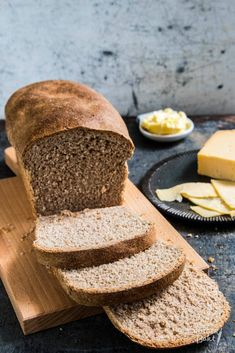 Dit zelfgebakken volkoren brood smaakt echt alsof het vers van de bakker komt. Het recept voor dit volkorenbrood is afkomstig uit Broodbijbel.