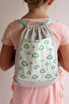 Sewing Gifts For Kids A simple sewing tutorial for this adorable kids drawstring backpack. - Make this simple kid's drawstring backpack for all of your summer adventures! A perfect beginner sewing tutorial for you. Sewing Hacks, Sewing Tutorials, Sewing Crafts, Sewing Tips, Sewing Ideas, Diy Crafts, Love Sewing, Sewing For Kids, Fabric Purses