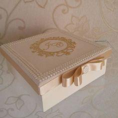 Caixa em mdf tamanho 16x16x6, revestida de tecido, com brasão bordado e moldura de pérolas.  É anexado mensagem personalizada na tampa.