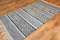 Trasmatta -- Visby (svart-vit) [black-white] -- Subtle, yet captivating color and pattern. Braided Wool Rug, Woven Rug, Tabarka, Loom Knitting Patterns, Knitting Tutorials, Free Knitting, Stitch Patterns, Moroccan Leather Pouf, Chiffon