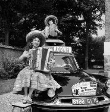 195? > Yvette Horner sur une Citroën DS (Détail: un mannequin la double quand elle prend un peu de repos à l'intérieur de la voiture.)