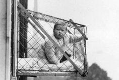 En 1937, el club Chelsea Baby de Londres, Inglaterra, promovió unas jaulas de madera y alambre para colocar a los recién nacidos fuera de las ventanas de los departamentos. La justificación para dicho invento fue de que en los lugares pequeños se carecía de espacio para cuidar a un bebé.