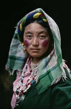 Tibet by Steve McCurry: katia_lexx — ЖЖ Steve Mccurry, We Are The World, People Around The World, Beautiful World, Beautiful People, Fotojournalismus, Afghan Girl, Reportage Photo, Lhasa