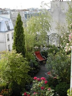 Beautiful terrace garden in the middle of Paris - If I lived in Paris or somewhere beautiful in all tall rise condo, I'd so do this!! :) It's like having your cake and eating it too. (Hannah speaking)