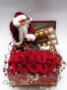 Aranžman za čestitanje Nove godine sa ružama i poklonima