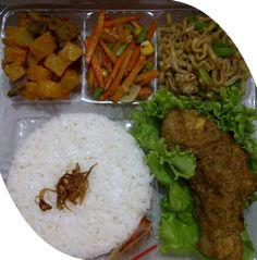 Catering tumpeng 085692092435: Pesan nasi box di kelapa gading Snack Box, Lunch Box, Bento, Nasi Bakar, Rice Box, Indonesian Food, Rice Recipes, Catering, Food Photography