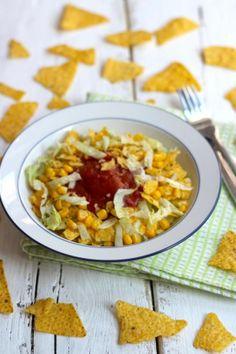Taco salade met mais, ijsbergsla en tortillachips - Lekker en Simpel