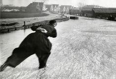 Schaatser in klederdracht. Nederland, januari 1933, plaats onbekend.  Dutch skater in traditional costume. The Netherlands, 1933, location unknown.