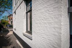 Kaleien van particuliere woning in Antwerpen | Vincent Van Roey Maine House, Exterior Colors, Ramen, Facade, Brick, Villa, Farmhouse, House Design, Windows