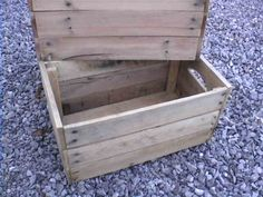 If you decorate your home with a primitive or early American theme; you are undoubtedly familiar with vintage apple crates.  But did you know that you can make your own apple crates out of reclaimed pallet wood for under $5 each?