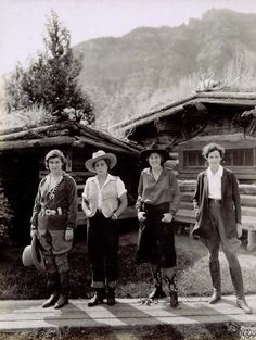 Dandy Cowgirls ~ such a strange photo! 3 cowgirls, and Amelia Earhart, standing off to the right as the one that does not fit in! Makes me wonder if she landed her plane at a dude ranch in Montana, then was asked to take this selfie. Vintage Western Wear, Vintage Cowgirl, Western Wear For Women, Western Style, Western Wild, Vintage Safari, Western Decor, Cowgirl Look, Cowboy And Cowgirl
