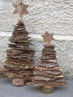 Weihnachtsbaum aus Rinde gefertigt. Weihnachtsbaum Deko für draußen aus Rindenstücken.