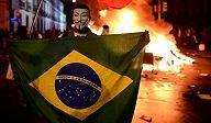 """Suposto abuso policial desencadeia nova leva de protestos no Brasil Dilma: violência de black blocs é """"barbárie"""" Funcionários do Ministério ..."""