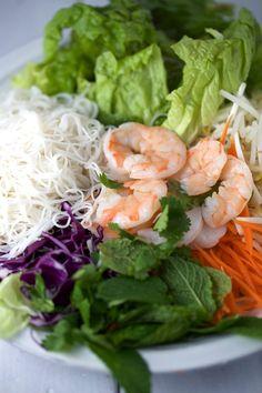 Les légumes frais et les crevettes, prêt à faire des rouleaux de printemps!