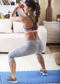 Immer nur Crunches - das ist ganz schön langweilig! Hier kommt ein geniales Bauch-Workout, das ihr im Stehen machen könnt!