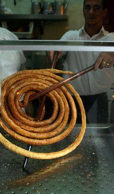 En Sevilla se conocen como calentitos o masa frita, en Jaén, tallos y en Granada, Cádiz y Málaga, tejeringos, en Córdoba churros y son populares en la gastronomía andaluza. Andalucía, España