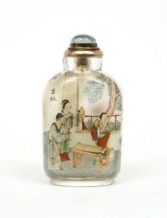 """Flacon tabatière (Snuff bottle) en verre de forme rectangulaire, aux épaules arrondies, peint à l'intérieur de scènes tirées du roman """"Liao Zhai"""""""