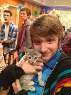 jake short. Love the guy in the backgrounds facial expression haha OH LOOK HE LOVES CATS TOO!! :)