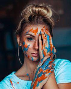 sou um mundo colorido que vive sempre a sonhar... Painter Photography, Portrait Photography Poses, Creative Photography, Family Photography, Surfergirl Style, Kreative Portraits, Creative Photoshoot Ideas, Shotting Photo, Photographie Portrait Inspiration