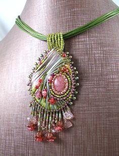 """<p> Pendentif brodé à l'aiguille au ruban Shibori teinté à la main et perles de verre.</p> <p> Il s'agit du modèle sur lequel portera l'un des ateliers du <a href=""""http://www.rdv-creatif.com/asso/product.php?productid=24&cat=2&page=1"""">stage de perles RDV Créatif</a> d%..."""