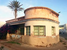 This Art Deco house in Sidi Ifni (Morocco) dates from the time that this seaside town was colonised by the Spanish, who ultimately relinquished it in Art Deco Home, Seaside Towns, Morocco, Bungalow, Photo Galleries, Ocean, Falling Apart, Mansions, Architecture
