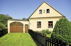 Do návsi je dům otočen štítem, nově postavená brána dostala dřevěná vrátka a vrata Pula, Traditional House, Home Fashion, Pergola, Cottage, Cabin, Mansions, Country, House Styles