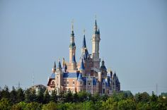 Brand NEW Disneyland Castle at the BRAND NEW Disneyland park in Shanghai China! This is an amazing new take on the old Disney Castles and the facts on it are not to miss! It's called The Enchanted Storybook Castle. Shanghai Disney Resort, Shanghai City, Disneyland Castle, Disneyland Park, Shanghai Attractions, Northridge Earthquake, Disney Fun Facts, Christmas China, Old Disney