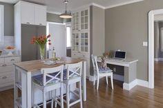 Meubles de cuisine en bois peints blanc laqué, avec peinture gris taupe sur les placards et murs et un parquet bois blond comme dans le reste de l'appartement.